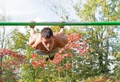 Allenamento della via Allenamento di Man During His dell'atleta nel parco Fotografie Stock Libere da Diritti