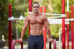 Allenamento della via - allenamento muscolare bello dell'uomo nel parco Immagine Stock