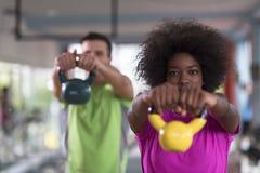 Allenamento delle coppie con i pesi alla palestra del crossfit Fotografia Stock Libera da Diritti