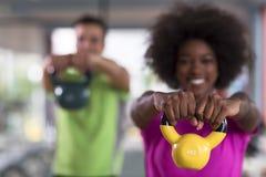 Allenamento delle coppie con i pesi alla palestra del crossfit Fotografia Stock