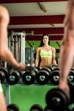 Allenamento delle coppie di forma fisica - MANN e la donna adatti si preparano in palestra Fotografia Stock