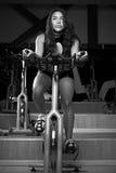 Allenamento delle donne sulla bici Fotografia Stock