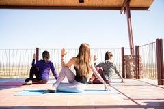 Allenamento delle donne in una classe di yoga Fotografia Stock