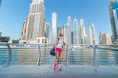 Allenamento di addestramento La donna atletica in abiti sportivi sta preparando alla c Fotografia Stock Libera da Diritti