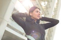Allenamento di esercizio attivo della giovane donna sulla via all'aperto Immagini Stock Libere da Diritti