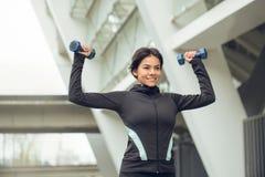 Allenamento di esercizio attivo della giovane donna sulla via all'aperto Fotografie Stock