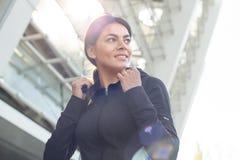 Allenamento di esercizio attivo della giovane donna sulla via all'aperto Immagine Stock Libera da Diritti