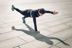 Allenamento di esercizio attivo della giovane donna sulla via all'aperto Fotografia Stock