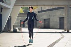 Allenamento di esercizio attivo della giovane donna sulla via all'aperto Fotografie Stock Libere da Diritti