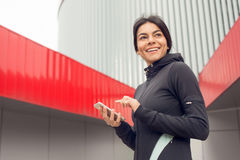 Allenamento di esercizio attivo della giovane donna sulla via all'aperto Fotografia Stock Libera da Diritti