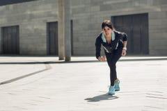 Allenamento di esercizio attivo della giovane donna sulla via all'aperto Immagini Stock