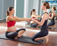Allenamento di esercizio dei pilates della donna incinta alla palestra Fotografia Stock