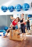 Allenamento di esercizio dei pilates della donna incinta alla palestra Fotografie Stock Libere da Diritti
