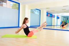 Allenamento di esercizio del boomerang della donna di Pilates alla palestra Fotografie Stock Libere da Diritti