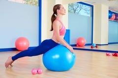 Allenamento di esercizio del cigno del fitball della donna di Pilates Fotografie Stock Libere da Diritti
