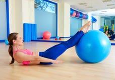 Allenamento di esercizio del fitball della donna cento di Pilates Immagini Stock Libere da Diritti