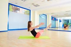 Allenamento di esercizio del rompicapo della donna di Pilates alla palestra Fotografie Stock Libere da Diritti