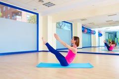 Allenamento di esercizio del rompicapo della donna di Pilates alla palestra Fotografia Stock