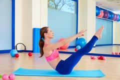 Allenamento di esercizio del rompicapo della donna di Pilates alla palestra Fotografie Stock