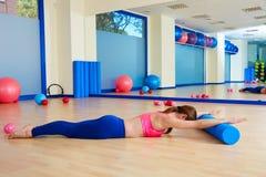 Allenamento di esercizio del rotolo del cigno del rullo della donna di Pilates Fotografie Stock