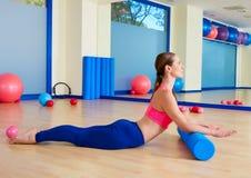 Allenamento di esercizio del rotolo del cigno del rullo della donna di Pilates Fotografia Stock Libera da Diritti