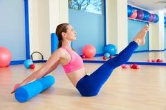 Allenamento di esercizio del rotolo del rompicapo del rullo della donna di Pilates Immagine Stock Libera da Diritti