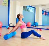 Allenamento di esercizio del rullo della donna di Pilates alla palestra Immagini Stock Libere da Diritti
