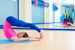 Allenamento di esercizio dell'equilibrio di controllo della donna di Pilates Fotografie Stock