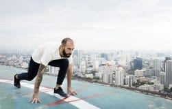 Allenamento di esercizio dell'uomo al concetto del tetto Immagine Stock
