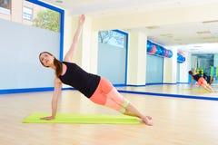 Allenamento di esercizio della curvatura del lato della donna di Pilates alla palestra Fotografia Stock Libera da Diritti
