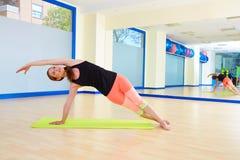 Allenamento di esercizio della curvatura del lato della donna di Pilates alla palestra Fotografie Stock Libere da Diritti