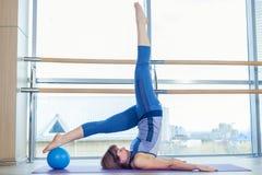 Allenamento di esercizio della palla di stabilità della donna di Pilates alla palestra dell'interno Fotografia Stock Libera da Diritti