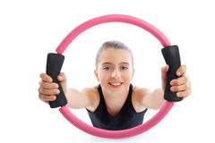 Allenamento di esercizio della ragazza del bambino dell'anello di yoga dei pilates di forma fisica Fotografia Stock