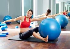 Allenamento di esercizio della sega dei pilates della donna incinta Immagini Stock Libere da Diritti
