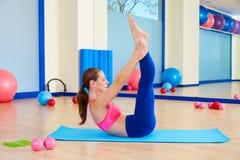 Allenamento di esercizio di forbici della donna di Pilates alla palestra Immagini Stock Libere da Diritti