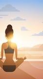 Allenamento di esercizio di Lotus Position Sport Fitness Woman di yoga della ragazza sul tramonto Fotografia Stock