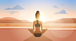 Allenamento di esercizio di Lotus Position Sport Fitness Woman di yoga della ragazza sul tramonto Immagine Stock Libera da Diritti