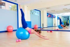Allenamento di esercizio di tuffo di cigno del fitball della donna di Pilates Fotografia Stock