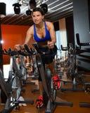 Allenamento di filatura di esercizio della donna di aerobica alla palestra Fotografia Stock Libera da Diritti