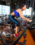 Allenamento di filatura di esercizio della donna di aerobica alla palestra Immagini Stock Libere da Diritti
