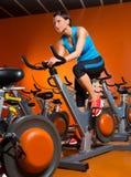 Allenamento di filatura di esercizio della donna di aerobica alla palestra Immagini Stock
