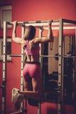 Allenamento di forma fisica - bello allenamento popolare della giovane donna Fotografia Stock