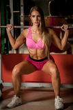 Allenamento di forma fisica - bello allenamento popolare della giovane donna Immagini Stock Libere da Diritti