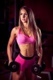Allenamento di forma fisica - bello allenamento popolare della giovane donna Immagine Stock Libera da Diritti