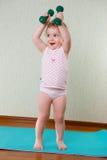 Allenamento di forma fisica con le teste di legno per la bambina Fotografie Stock Libere da Diritti
