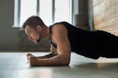 Allenamento di forma fisica del giovane, plancia del gomito Fotografia Stock Libera da Diritti