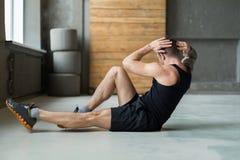Allenamento di forma fisica del giovane, scricchiolii trasversali per gli ABS Immagini Stock Libere da Diritti