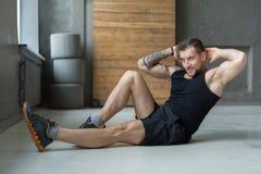 Allenamento di forma fisica del giovane, scricchiolii trasversali per gli ABS Immagini Stock