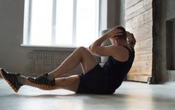 Allenamento di forma fisica del giovane, scricchiolii trasversali per gli ABS Immagine Stock Libera da Diritti