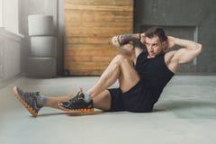 Allenamento di forma fisica del giovane, scricchiolii trasversali per gli ABS Fotografie Stock Libere da Diritti